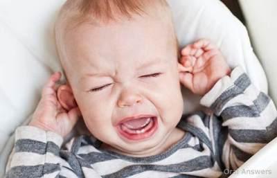 3) Bayi Menggosok-gosok Telinganya