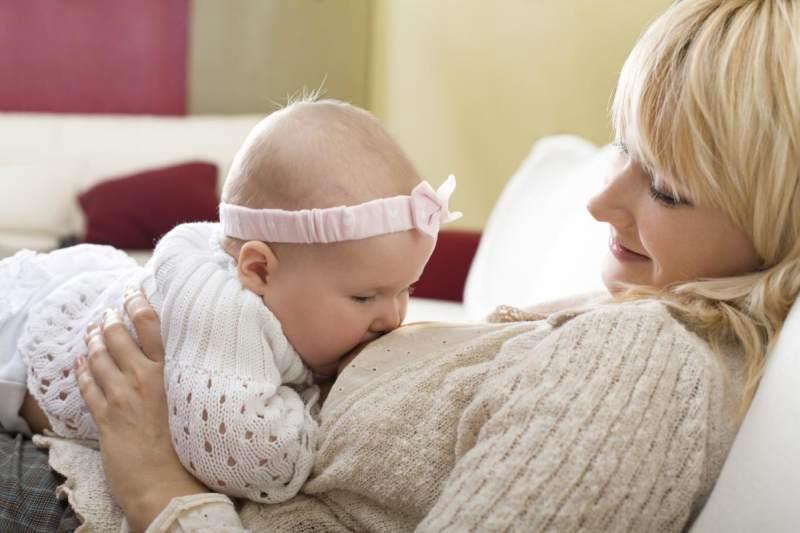 Jangan Sampai Salah! Beginilah 5 Posisi Menyusui Bayi yang ...