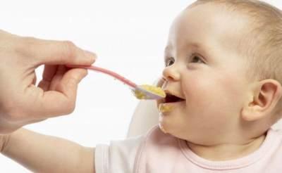 Waspada! Ini Bahaya Memberikan Makanan Kepada Bayi Terlalu Cepat