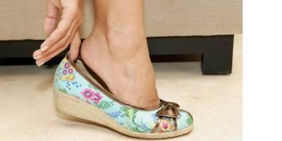 Hindari Menggunakan Sepatu Hak Tinggi