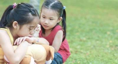 4. Tingkatkan rasa empati dan kepedulian simpatik terhadap orang lain