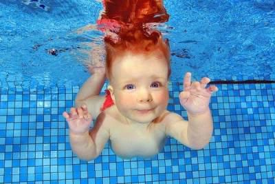 Jangan Sembarangan Moms, Begini Tips Aman Mengajarkan Bayi Berenang