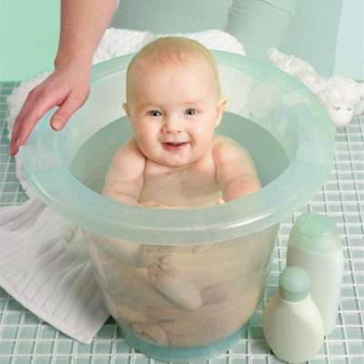 Wajib Tahu! Ini Kelebihan & Kekurangan Memandikan Bayi dengan Air Hangat atau Dingin