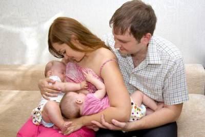3) Menyusui Bayi Kembar