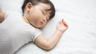 Penting! Anak Sebaiknya Tidur dengan Lampu Menyala atau Gelap Ya?