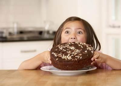 Duh, Moms Sebaiknya Jauhkan 4 Makanan Ini Kalau Tidak Mau Gigi Si Kecil Rusak
