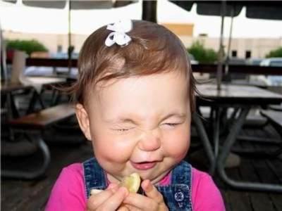 Gemas Banget! Ini Dia Ekspresi Wajah Bayi Saat Mencoba Lemon