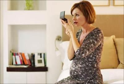 Moms, Yuk Kenali Produk Kosmetik Yang Aman Digunakan Ibu Hamil!