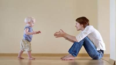 Tips Melatih Bayi Berdiri dan Berjalan, Praktekkan Yuk!
