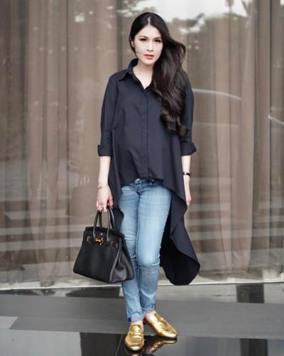 Inspirasi Style Ibu Hamil Ala Sandra Dewi