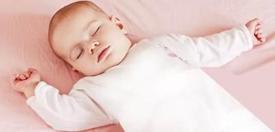 Moms, Ini Lho Alasan Bayi Tidur Tidak Perlu Pakai Bantal