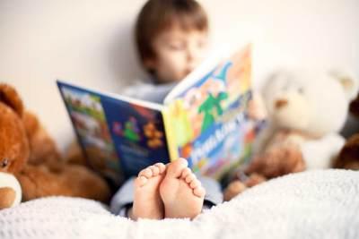 Cara Membuat Anak Pintar Membaca di Usia Dini, Moms Perlu Tahu Nih!
