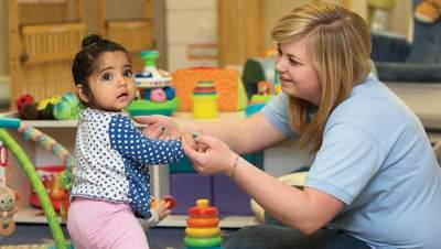 1. Perhatikan Interaksi Pengasuh dengan Anak