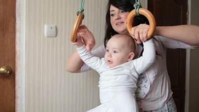 2. Biarkan Bayi Belajar Duduk Sendiri