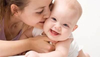 STOP! Ini Bahaya yang Akan Muncul Jika Bayi Sering Dicium