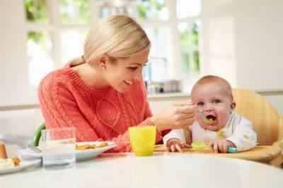Hindari Mengunyahkan Makanan Bayi