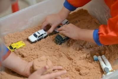 Moms, Ini Dia DIY Tutorial Membuat Pasir Ajaib dari Tepung Kanji untuk Mainan Si Kecil