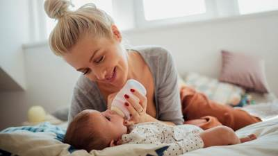Minumkan Anak dari Botol Susu Sebelum Lapar