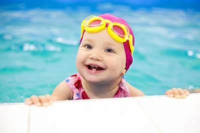 Kapan Usia Tepat Membawa Bayi Berenang Ke Kolam Renang Umum? Ini Jawabannya, Moms!