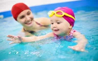 4. Sering Kenakan Kacamata Berenang pada Anak