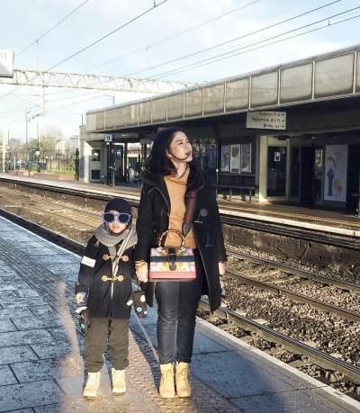 Menunggu Kereta Di Watford Junction Railway Station