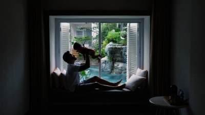 Gemasnya! Ini Dia Foto-Foto Kedekatan Rio Dewanto Dengan Anak Perempuannya, Sal