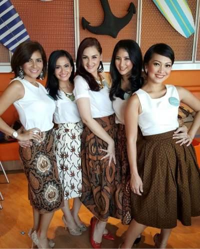 2) Momsweetmoms juga cinta banget dengan budaya Indonesia. Mereka kompak mengenakan batik dengan warna senada. Bisa jadi inspirasi foto bersama geng kamu nih, Moms!