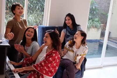 4) Foto santai sedang bermain musik dan bernyanyi bersama-sama ini juga keren lho, Moms!