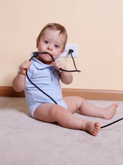 Moms! Jauhkan Barang-Barang Ini Ketika Anak Sedang Gemar Mengigit