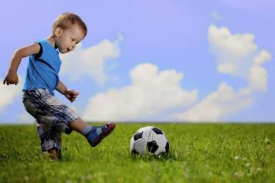 4) Bermain Bola