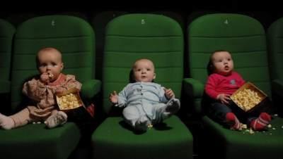 Ingin Membawa Bayi Saat Nonton Bioskop? Cermati Dulu Tips Berikut Ini