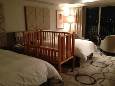 1. Pastikan Hotel Menyediakan Box atau Crib Bayi Di Kamar