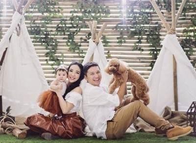 Ingin Punya Foto Keluarga Ala Artis Indonesia? Contek Ini Deh Moms!