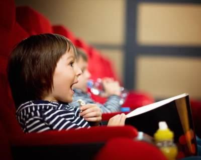 Moms, Ketahui Tips Pertama Kali Mengajak Anak Menonton di Bioskop