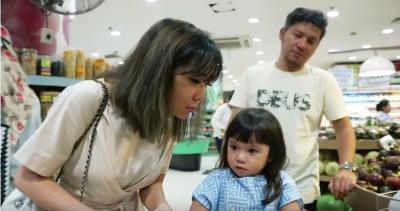 Ajarkan 4 Hal Ini saat Belanja di Supermarket Bersama Anak, Moms!