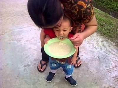 #FORUM Anak hanya mau makan saat disuapi sambil jalan2