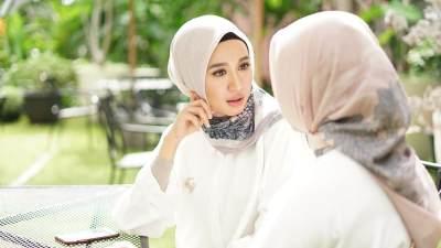 Dari Casual Hingga Formal, Yuk Intip Gaya Hijab Segi Empat Rapi Khas Laudya Cynthia Bella