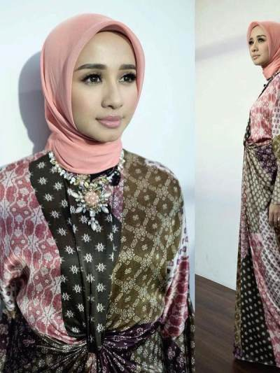 1. Hijab Segi Empat Dusty Pink Polos dan Dress Batik