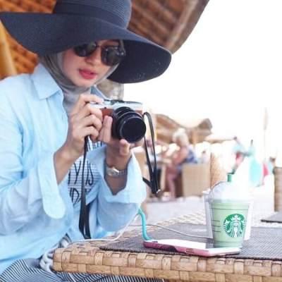 3. Hijab Segi Empat dan Casual Outfit untuk Travelling