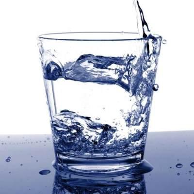 Minum Banyak Air Putih Dapat Mengurangi Jerawat 70%