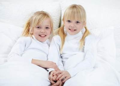 Mendidik Anak Kembar Memang Penuh Tantangan Moms, Ini Tipsnya!