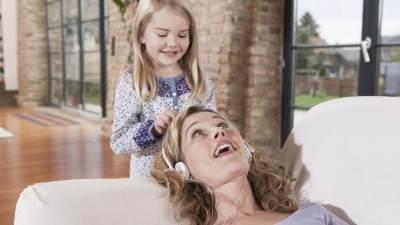 "Moms, Bahaya ""Present But Absent Parenting"" pada Orang Tua Ini Harus Kamu Waspadai"