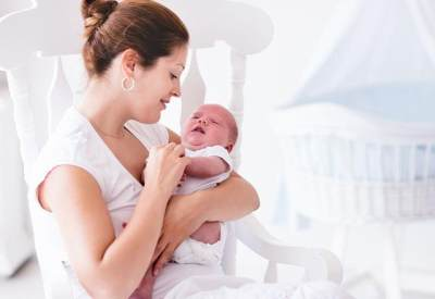 Bayi Berkeringat Saat Menyusu, Kenapa Ya?