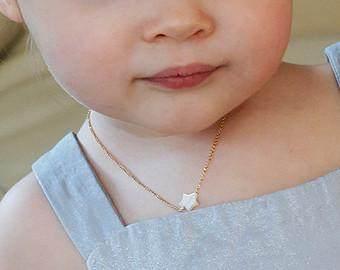 3. Jangan Memakaikan Bayi Perhiasan atau Barang Mahal