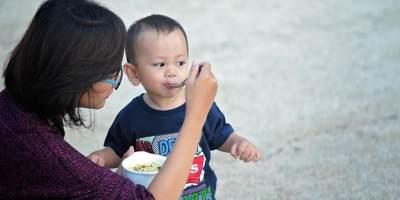 Penting! Moms, Ini Untung Rugi Mengajak Anak Makan Sambil Jalan-jalan Sore