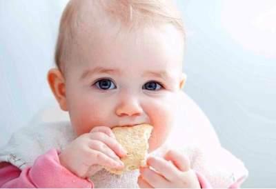 Sebelum Diterapkan Pada Si Kecil, Kenali Plus Minus Metode Baby Led Weaning untuk MPASI Berikut Ini