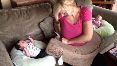 Moms, Ternyata Ini Posisi Menyusui Bayi Kembar yang Benar