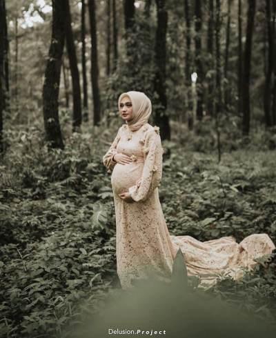 Ini Inspirasi Kebaya Modern Buat Ibu Hamil dengan Nuansa Nude dan Silver, Intip Yuk Moms!