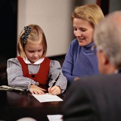 Moms, Ini Dia Cara Tepat Mengajarkan Anak Mengatur Uang THR Lebaran!