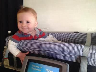 Moms, Ini Dia Tips Aman Naik Pesawat dengan Anak Saat Traveling!